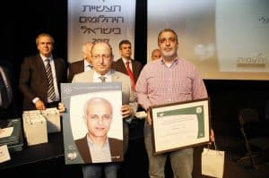 """ד""""ר אופיר העברי ומוטי קאשי מקבלים את פרס יקיר תעשיית היהלומים עבור יוסף ידגר"""