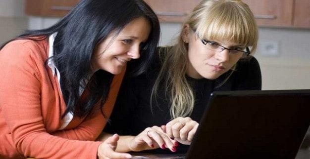 נשים גולשות באינטרנט במחשב נייד