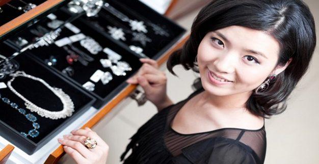 אישה חנות תכשיטים