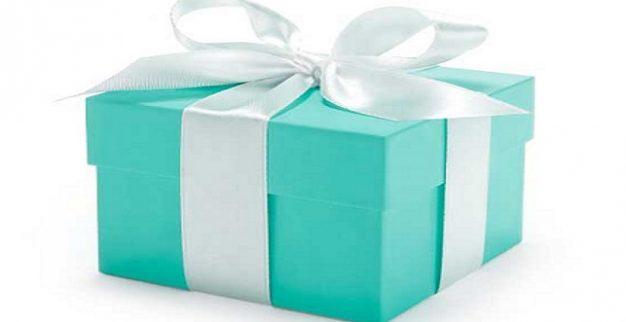 קופסה כחולה טיפאני מתנה סרט לבן