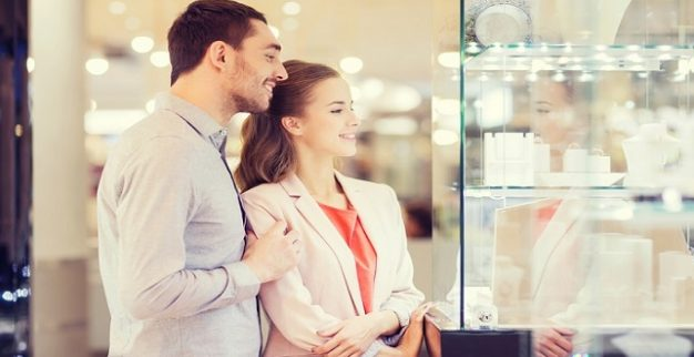 גבר ואשה בחנות תכשיטים
