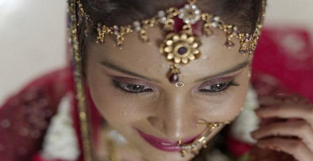 אשה הודית עונדת תכשיטי זהב