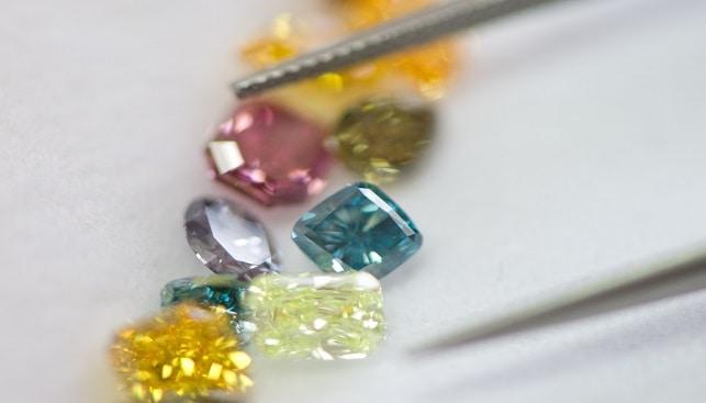 יהלומים צבעוניים במגוון צבעים וליטושים עם מלקטת