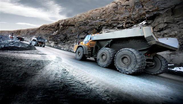 משאיות בדרך למכרה יהלומים