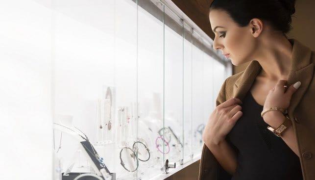 אשה בחנות תכשיטים