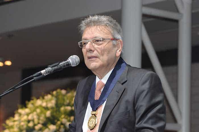 הנשיא מועצת היהלומים העולמית, אלי איזקוב נושא דברי תודה לאחר קבלת מדליית הכבוד של מכון היהלומים