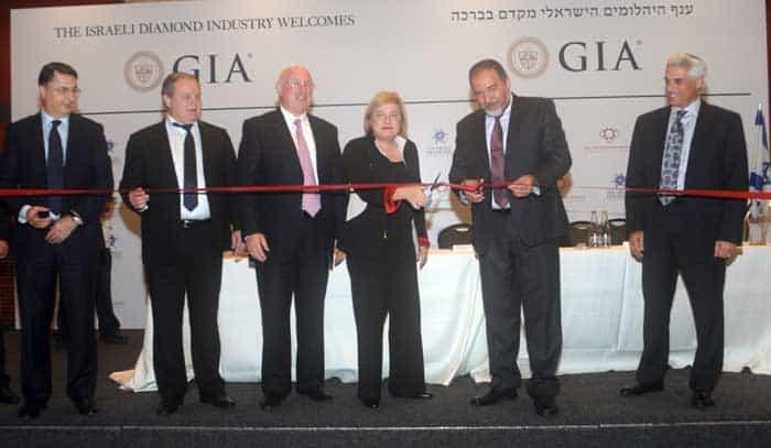גזירת הסרט בטקס פתיחת מעבדת ה-GIA בישראל, מימין לשמאל: אליוט טננבאום, אביגדור ליברמן, דונה בייקר, אברהם טראוב, מוטי גנץ, לב לבייב