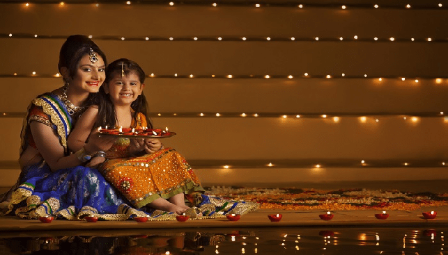 אם ובת חוגגות את הדיוואלי בהודו