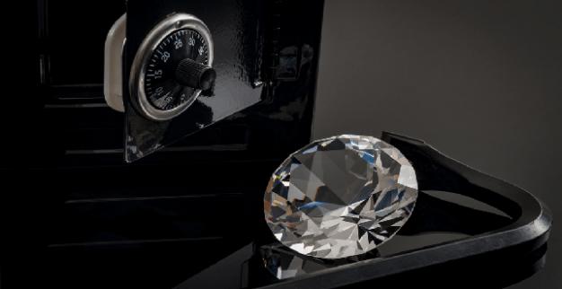 יהלום מלוטש לצד כספת פתוחה