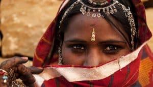 אישה הודית בלבוש מסורתי עם תכשיטים