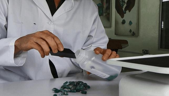 בדיקת אבן חן מסוג אמרלד