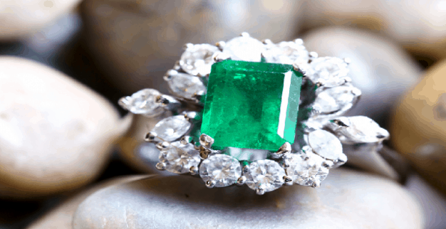 טבעת משובצת אמרלד ויהלומים