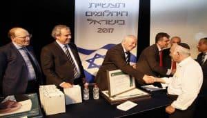 אברהם נמדר יקיר תעשיית היהלומים 2017 לוחץ את ידו של נשיא התאחדות תעשייני היהלומים טקס יקירי תעשיית היהלומים 20117