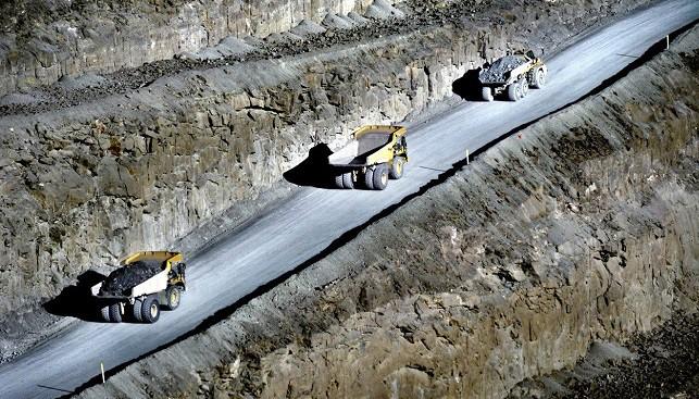 משאיות באתר של מכרה לטסנג