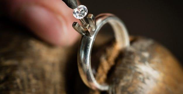 שיבוץ יהלום בטבעת סוליטר