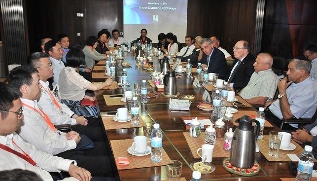 המשלחת הסינית ברשות מזכיר המפלגה של רובע פודונג בביקור בבורסת היהלומים
