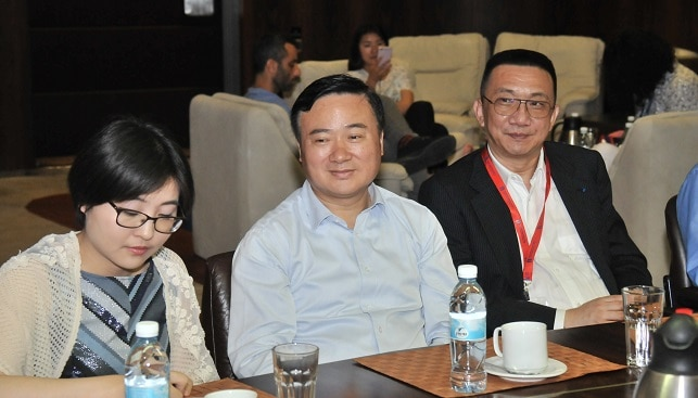 משמאל לימין: המתורגמנית, מזכיר המפלגה של רובע פודונג וואנג צוליין ונשיא בורסת היהלומים של שנחאי לין צ'ייאנג