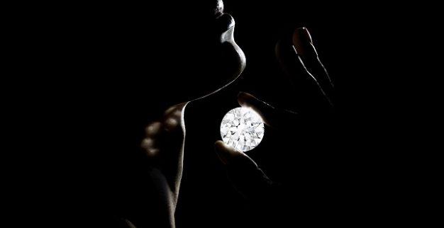 יהלום לבן חסר פגמים
