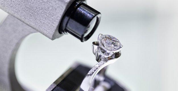בוחן בדיקת יהלומים מיקרוסקופ