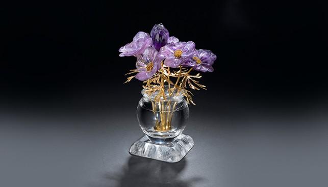כד קוורץ עם פרחי אמטיסט סגולים