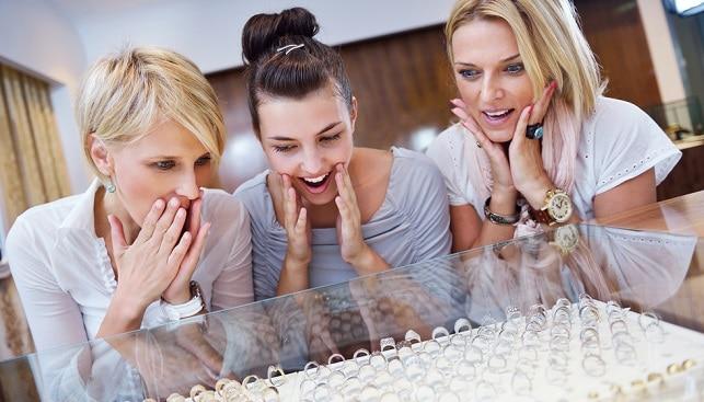 נשים חנות תכשיטים יהלומים