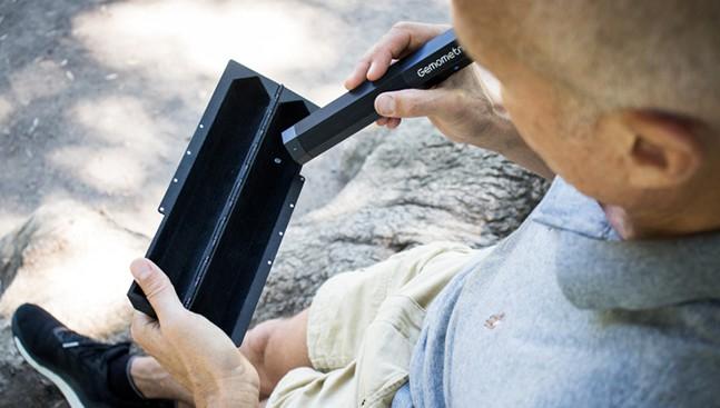 מכשיר נייד לזיהוי יהלומים טבעיים וסינתטיים