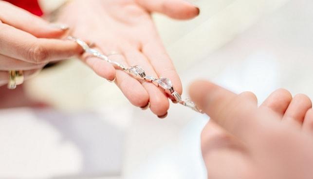 דלפק בחנות תכשיטי יהלומים
