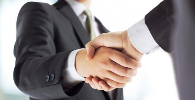 לחיצת יד עסקים יהלומים