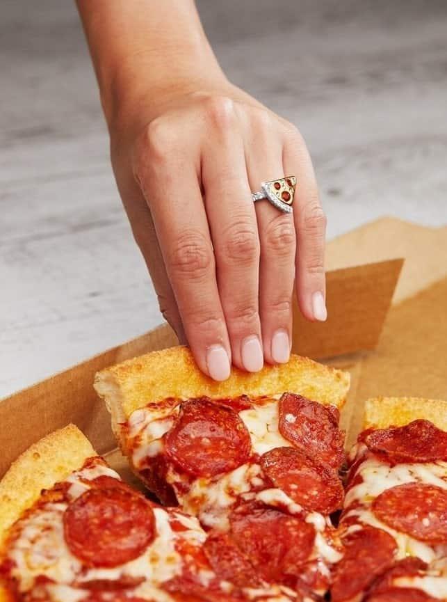 דומינוס פיצה טבעת יהלומים